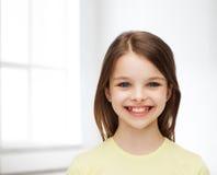Χαμογελώντας μικρό κορίτσι πέρα από το άσπρο υπόβαθρο Στοκ εικόνα με δικαίωμα ελεύθερης χρήσης
