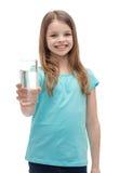 Χαμογελώντας μικρό κορίτσι που δίνει το ποτήρι του νερού στοκ φωτογραφίες