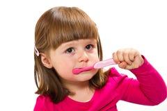 Χαμογελώντας μικρό κορίτσι που βουρτσίζει το Teet Στοκ Φωτογραφία