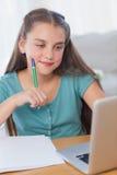 Χαμογελώντας μικρό κορίτσι που κάνει την εργασία της Στοκ Εικόνες