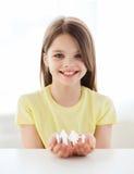 Χαμογελώντας μικρό κορίτσι που παρουσιάζει οικογένεια ατόμων εγγράφου Στοκ Εικόνες