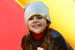 Χαμογελώντας μικρό κορίτσι σε ένα κάστρο bouncy Στοκ εικόνα με δικαίωμα ελεύθερης χρήσης