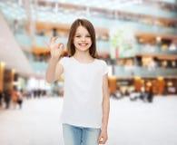 Χαμογελώντας μικρό κορίτσι στην άσπρη κενή μπλούζα Στοκ Εικόνα