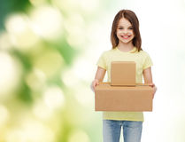 Χαμογελώντας μικρό κορίτσι στην άσπρη κενή μπλούζα Στοκ Εικόνες
