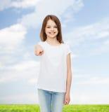 Χαμογελώντας μικρό κορίτσι στην άσπρη κενή μπλούζα Στοκ φωτογραφία με δικαίωμα ελεύθερης χρήσης