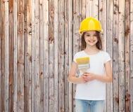Χαμογελώντας μικρό κορίτσι στο κράνος με τη βούρτσα χρωμάτων Στοκ Εικόνες