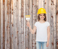 Χαμογελώντας μικρό κορίτσι στο κράνος με τη βούρτσα χρωμάτων Στοκ Εικόνα