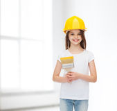 Χαμογελώντας μικρό κορίτσι στο κράνος με τον κύλινδρο χρωμάτων Στοκ εικόνα με δικαίωμα ελεύθερης χρήσης