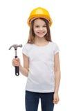 Χαμογελώντας μικρό κορίτσι στο προστατευτικό κράνος Στοκ Φωτογραφίες