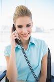 Χαμογελώντας μοντέρνη επιχειρηματίας στο τηλέφωνο Στοκ εικόνες με δικαίωμα ελεύθερης χρήσης