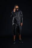 Χαμογελώντας μοντέρνος αμερικανικός νεαρός άνδρας afro στην τοποθέτηση γυαλιών ηλίου Στοκ Εικόνες
