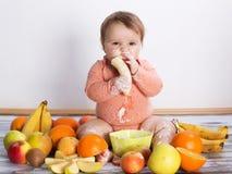 Χαμογελώντας μωρό και φρούτα Στοκ Φωτογραφία