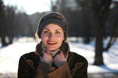 Χαμογελώντας νέα γυναίκα με μια ΚΑΠ Στοκ εικόνα με δικαίωμα ελεύθερης χρήσης