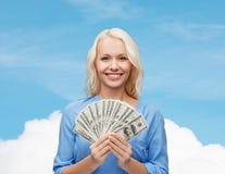 Χαμογελώντας νέα γυναίκα με τα χρήματα αμερικανικών δολαρίων Στοκ Φωτογραφία