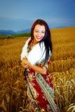 Χαμογελώντας νέα γυναίκα με τη διακοσμητική στάση φορεμάτων Στοκ φωτογραφίες με δικαίωμα ελεύθερης χρήσης