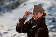 Χαμογελώντας νέα γυναίκα με το καπέλο Στοκ Εικόνες