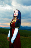Χαμογελώντας νέα γυναίκα με το μεσαιωνικό φόρεμα με Στοκ φωτογραφία με δικαίωμα ελεύθερης χρήσης