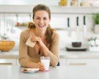 Χαμογελώντας νέα γυναίκα που έχει το υγιές πρόγευμα Στοκ φωτογραφίες με δικαίωμα ελεύθερης χρήσης