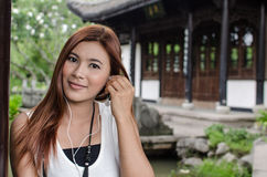 Χαμογελώντας νέα γυναίκα που απολαμβάνει τη μουσική της στοκ φωτογραφία με δικαίωμα ελεύθερης χρήσης