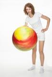 Χαμογελώντας νέα γυναίκα που κάνει τις ασκήσεις με το μεγάλο fitball Στοκ φωτογραφία με δικαίωμα ελεύθερης χρήσης