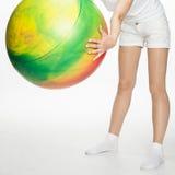 Χαμογελώντας νέα γυναίκα που κάνει τις ασκήσεις με το μεγάλο fitball Στοκ Εικόνες