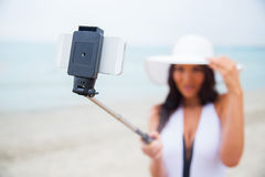 Χαμογελώντας νέα γυναίκα που παίρνει selfie με το smartphone Στοκ εικόνα με δικαίωμα ελεύθερης χρήσης