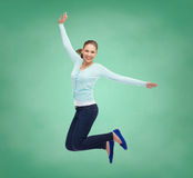 Χαμογελώντας νέα γυναίκα που πηδά στον αέρα Στοκ φωτογραφίες με δικαίωμα ελεύθερης χρήσης