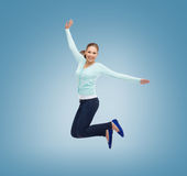 Χαμογελώντας νέα γυναίκα που πηδά στον αέρα Στοκ εικόνες με δικαίωμα ελεύθερης χρήσης
