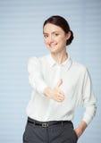 Χαμογελώντας νέα γυναίκα που προσφέρει μια χειραψία Στοκ Φωτογραφία