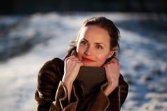 Χαμογελώντας νέα γυναίκα που φορά ένα σακάκι δερμάτων ελαφιού Στοκ Εικόνα