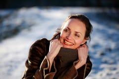 Χαμογελώντας νέα γυναίκα που φορά ένα σακάκι δερμάτων ελαφιού Στοκ εικόνες με δικαίωμα ελεύθερης χρήσης