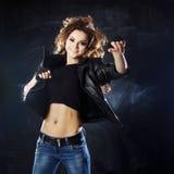Χαμογελώντας νέα γυναίκα που χορεύει, πέταγμα τρίχας Στοκ Εικόνα
