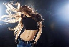 Χαμογελώντας νέα γυναίκα που χορεύει, πέταγμα τρίχας Στοκ φωτογραφία με δικαίωμα ελεύθερης χρήσης