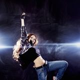 Χαμογελώντας νέα γυναίκα που χορεύει, πέταγμα τρίχας Στοκ εικόνα με δικαίωμα ελεύθερης χρήσης