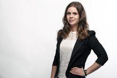 Χαμογελώντας νέα γυναίκα σε ένα επιχειρησιακό κοστούμι σε ένα άσπρο υπόβαθρο Στοκ φωτογραφίες με δικαίωμα ελεύθερης χρήσης