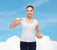 Χαμογελώντας νέα γυναίκα στην κενή άσπρη μπλούζα Στοκ Εικόνες