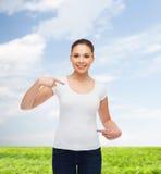 Χαμογελώντας νέα γυναίκα στην κενή άσπρη μπλούζα Στοκ εικόνες με δικαίωμα ελεύθερης χρήσης