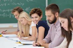 Χαμογελώντας νέα γυναίκα στην τάξη Στοκ Εικόνες