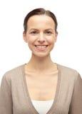 Χαμογελώντας νέα γυναίκα στη ζακέτα Στοκ φωτογραφία με δικαίωμα ελεύθερης χρήσης