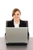 Χαμογελώντας νέα επιχειρηματίας που εργάζεται στον υπολογιστή της Στοκ εικόνα με δικαίωμα ελεύθερης χρήσης