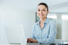 Χαμογελώντας νέα επιχειρηματίας που εργάζεται στο γραφείο γραφείων Στοκ εικόνες με δικαίωμα ελεύθερης χρήσης