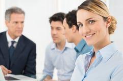 Χαμογελώντας νέα επιχειρηματίας Στοκ εικόνες με δικαίωμα ελεύθερης χρήσης