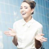Χαμογελώντας νέα επιχειρησιακή γυναίκα Στοκ εικόνα με δικαίωμα ελεύθερης χρήσης