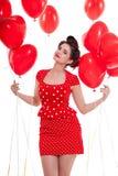 Χαμογελώντας νέα ελκυστική γυναίκα κοριτσιών με τα κόκκινα χείλια που απομονώνεται στοκ φωτογραφία