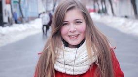 Χαμογελώντας νέα θηλυκή υπαίθρια κινηματογράφηση σε πρώτο πλάνο πορτρέτου φιλμ μικρού μήκους