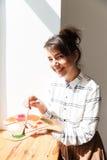 Χαμογελώντας νέα παλέτα εκμετάλλευσης καλλιτεχνών γυναικών και εξέταση τη κάμερα Στοκ εικόνα με δικαίωμα ελεύθερης χρήσης