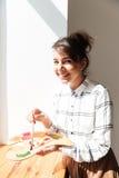 Χαμογελώντας νέα παλέτα εκμετάλλευσης καλλιτεχνών γυναικών και εξέταση τη κάμερα Στοκ εικόνες με δικαίωμα ελεύθερης χρήσης