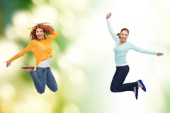 Χαμογελώντας νέες γυναίκες που πηδούν στον αέρα Στοκ Φωτογραφία