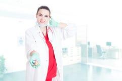 Χαμογελώντας νέες κάψες εκμετάλλευσης γιατρών Στοκ φωτογραφία με δικαίωμα ελεύθερης χρήσης