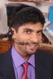 Χαμογελώντας νέος ανώτερος υπάλληλος τηλεφωνικών κέντρων με τις κάσκες Στοκ εικόνα με δικαίωμα ελεύθερης χρήσης